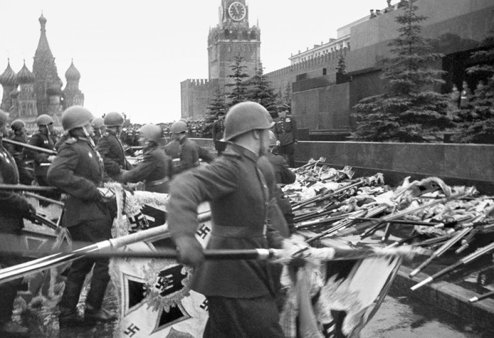 24 июня 1945 года. Советские солдаты бросают знамена немецко-фашистской армии к Мавзолею во время парада Победы.