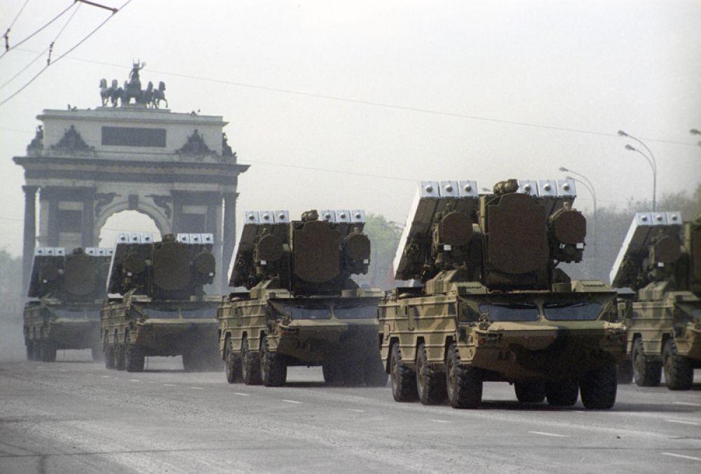 9 мая 1995 года. Военный парад, посвященный Дню Победы, состоялся на Поклонной горе.