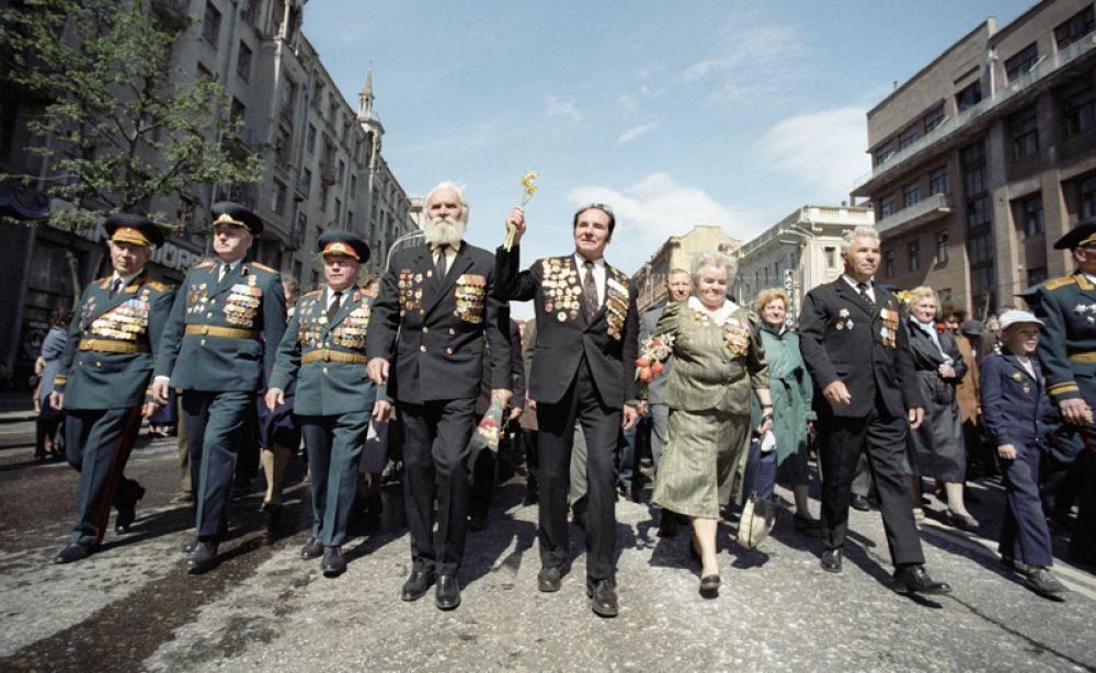 9 мая 1990 года. Ветераны участвуют в параде в честь 45-й годовщины Победы в Великой Отечественной войне.