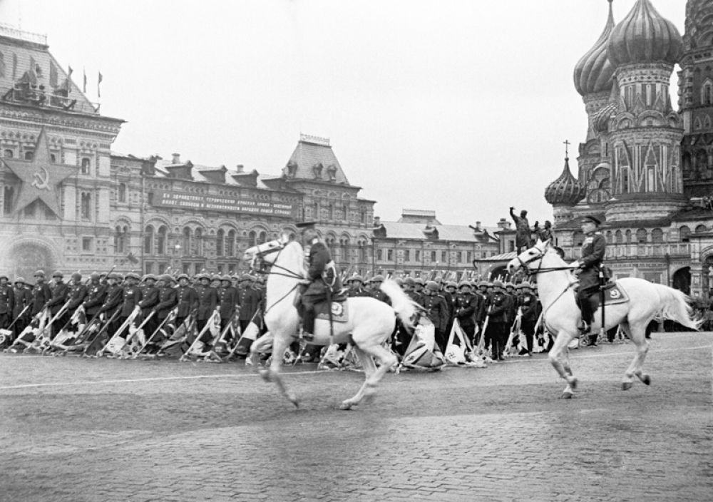24 июня 1945 года. Парад на Красной площади в Москве в ознаменование победы СССР над Германией в Великой Отечественной войне. Парад принимал Маршал Советского Союза Жуков, а командовал парадом Маршал Советского Союза Рокоссовский.