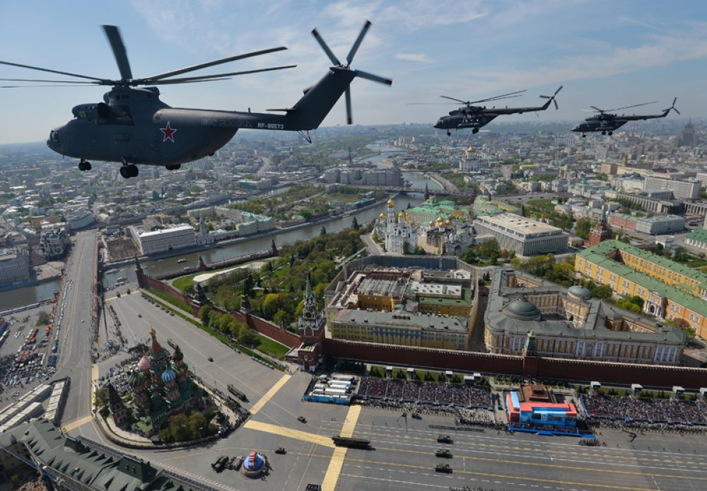 9 мая 2015 года. Тяжелый транспортный вертолёт Ми-26, многоцелевые вертолёты Ми-8 во время военного парада в ознаменование 70-летия Победы в Великой Отечественной войне 1941-1945 годов.