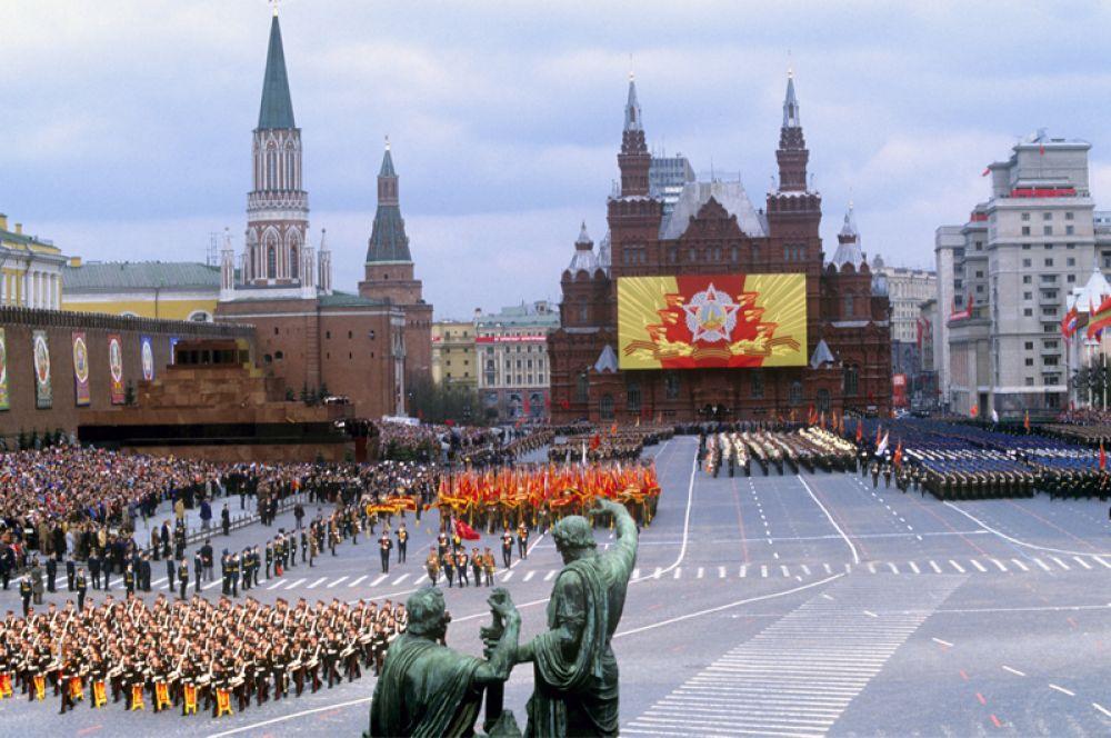 9 мая 1985 года. Военный парад, посвященный 40-летию Победы советского народа в Великой Отечественной войне. В этот день впервые было пронесено по Красной площади Знамя Победы.