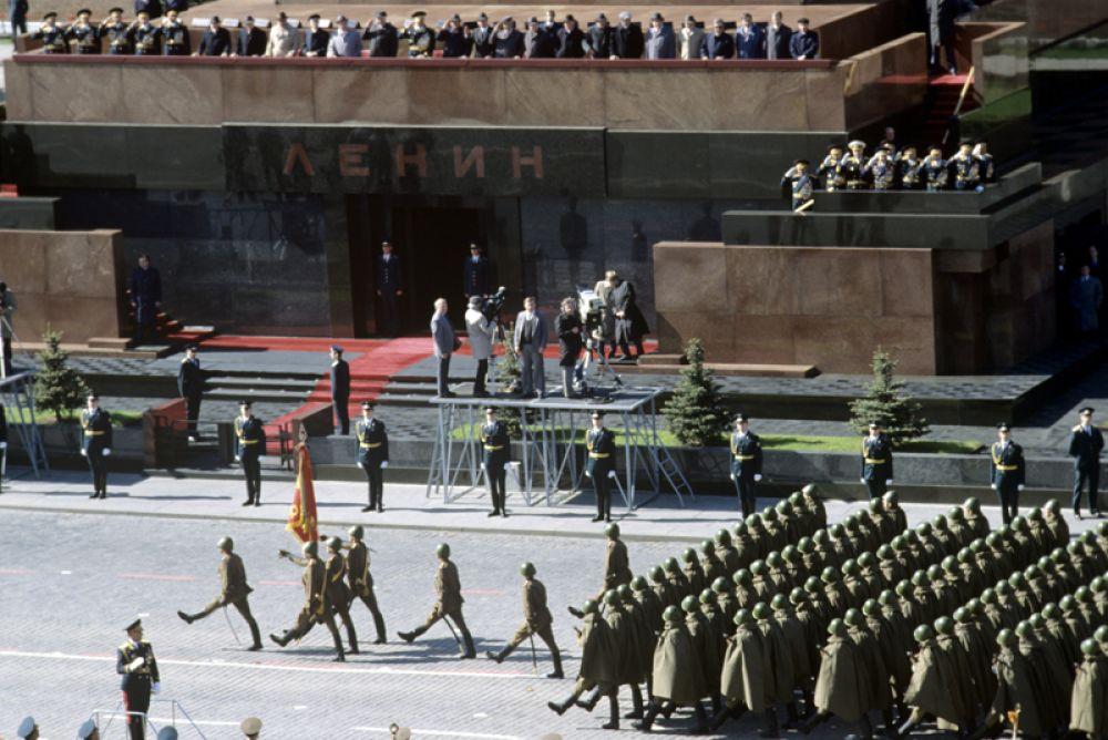 9 мая 1990 года. Военный парад на Красной площади в День празднования 45-ой годовщины Победы советского народа в Великой Отечественной войне.