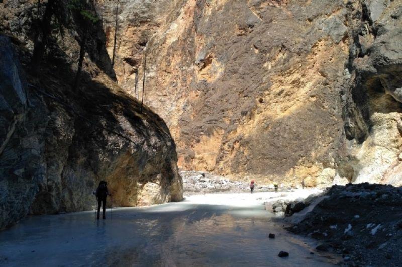 Сотни любителей горных путешествей каждую весну собираются в подножия Саян.