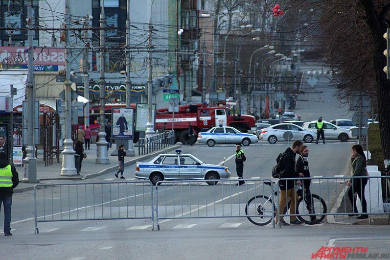 Временно было перекрыто движения автотранспорта в краевой столице. Полицейские оцепили участки на улицах в центре Перми. Был изменён на несколько часов режим работы троллейбусов и автобусов.