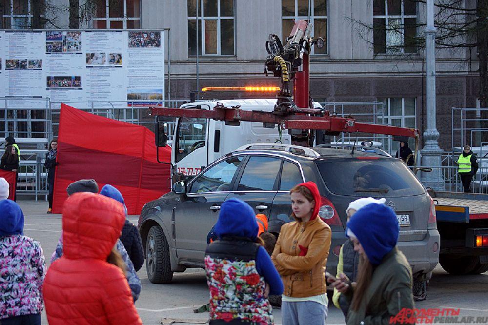 Во время прогона была эвакуирована иномарка, водитель которой не убрал автомобиль с площади.