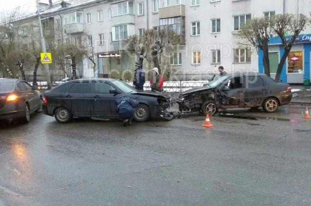 ВДТП счетырьмя автомобилями вКрасноярске пострадали два человека
