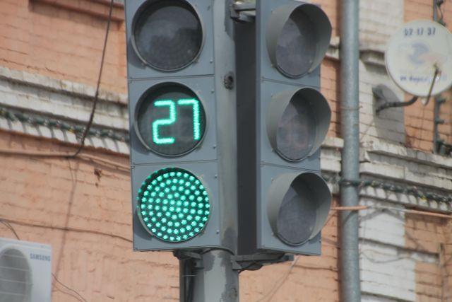 Светофоры перенастраивают в связи с новыми нормативами.