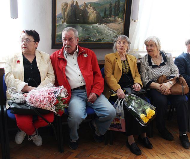 Многие пришли с цветами и подарками