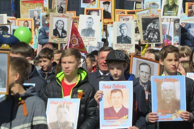 Тюменские школьники запустили в небо тысячу бумажных журавликов