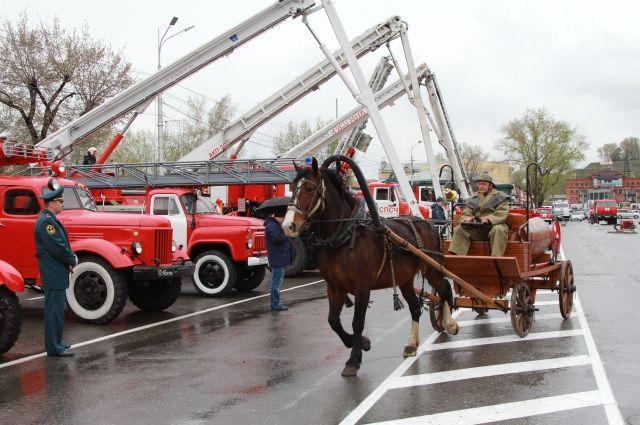 Одним из ярких моментов мероприятия стала выставка пожарной техники и показательные выступления пожарных.