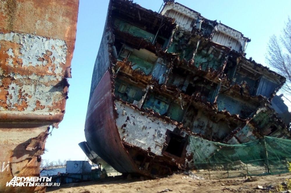 Этот корабль прослужил на Балтике 31 год, несколько раз становился лучшим на флоте. Ходил на боевую службу, в том числе и в «горячие точки». В 1980 г. в Анголе, где шла гражданская война, моряки «Неукротимого» охраняли советское посольство.