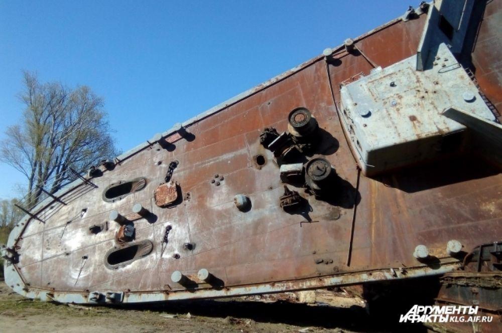 Корабль почти четыре года ожидал буксировку в специальный док для разделки.