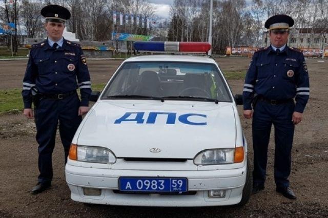 Сотрудники ГИБДД прапорщик Сергей Южанин и старший лейтенант Рамис Адулов спасли на пожаре в Осе троих людей.