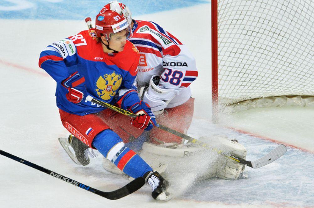 Шипачёв — двукратный обладатель Кубка Гагарина в составе питерского СКА и обладатель полного комплекта медалей чемпионатов мира: золотой (2014), серебряной (2015) и бронзовой (2016).