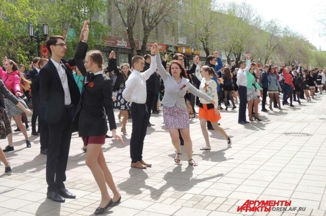 В Оренбуржье 20 тысяч пар станцевали «Вальс Победы»