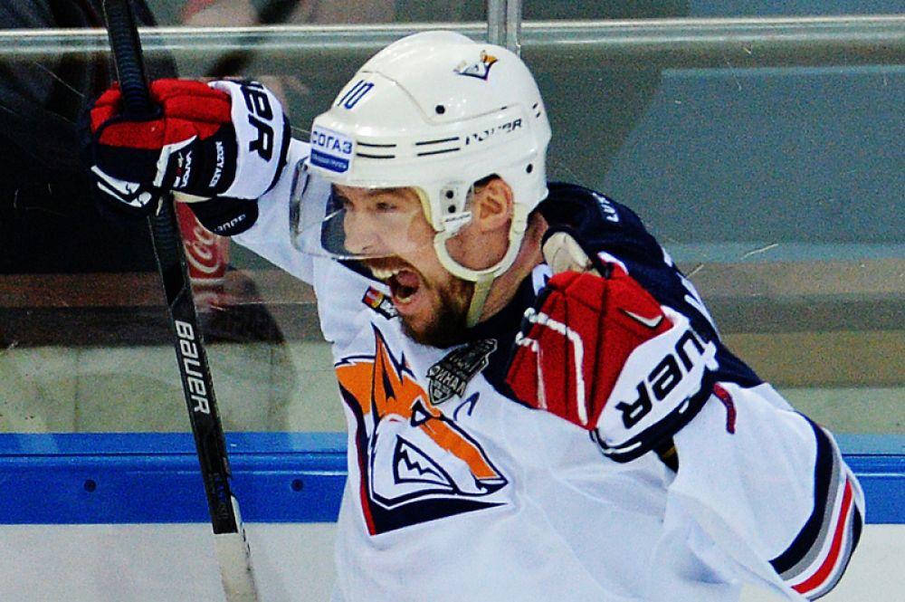 Мозякин стал первым хоккеистом в истории чемпионатов СССР/России, забросившим 450 шайб, обновил рекорд по количеству шайб в регулярном чемпионате (48), в целом за сезон (55), по системе «гол + пас» (85) и первым из россиян перевалил за тысячу набранных очков за карьеру.