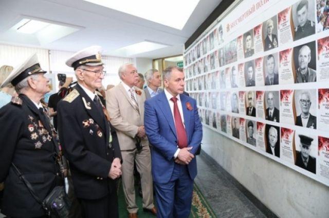 Владимир Константинов с ветеранами ВОВ на фотовыставке «Помни их подвиг» в Госсовете Крыма.