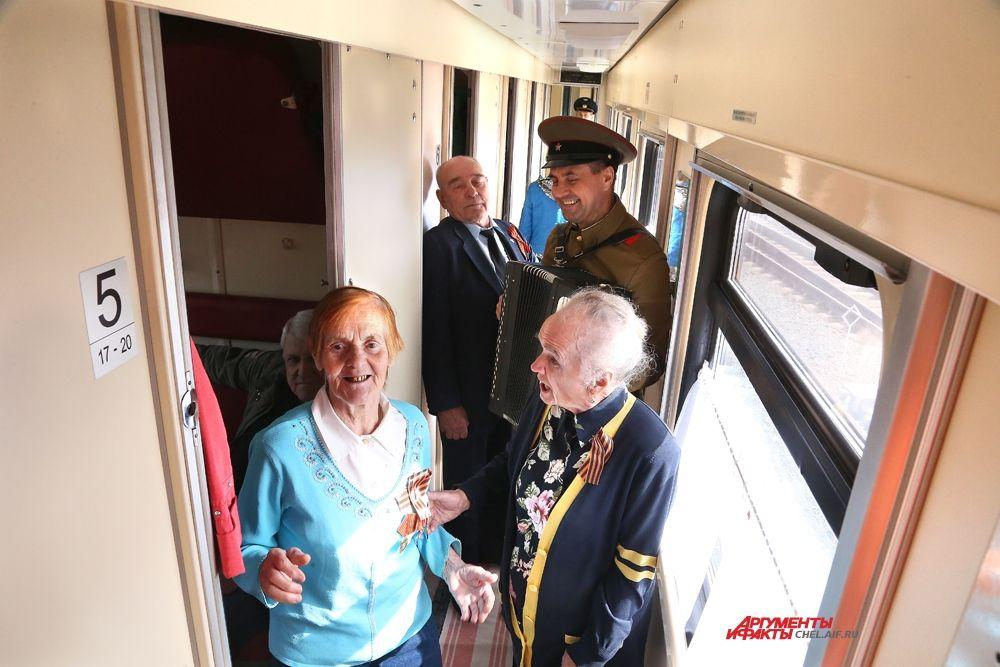 В вагоне играл баян и дружно пели ветераны