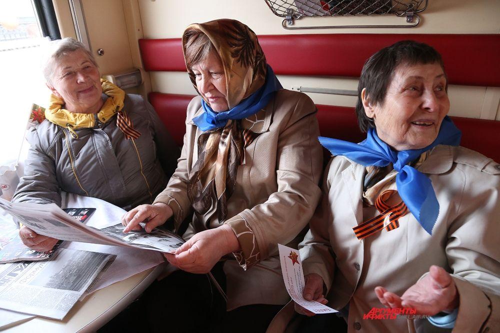 В купейных вагонах ветеранов ожидала свежая пресса и чай