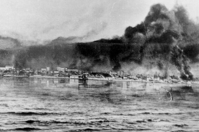 Задачей нацистов было подорвать советские танкеры с топливом и стратегическими грузами на нужды фронта, направлявшиеся по Волге. А задачей советских водолазов -  обезвредить сброшенные в реку снаряды.