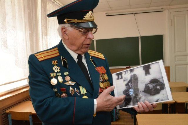 Сергей Фогель бережно хранит снимок - стоп-кадр кинохроники: это он с младшей сестрой готовится к эвакуации по Дороге жизни.