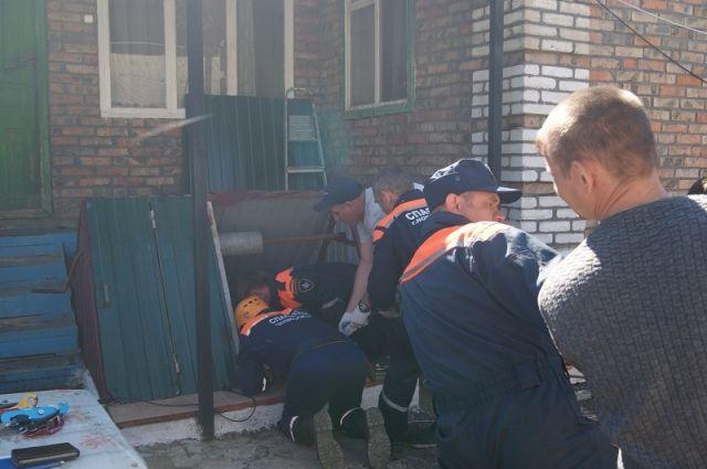 ВРостовской области cотрудники экстренных служб достали мужчину из10-метрового колодца