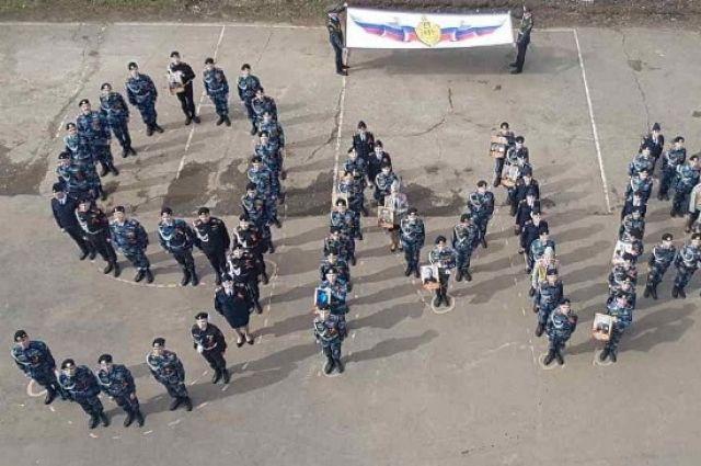 С  помощью флеш-моба школьники поздравили ветеранов Великой Отечественной войны.
