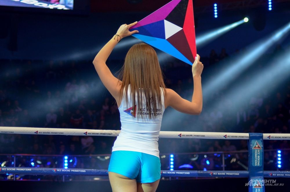 Ring Girls - девушки, анонсирующие раунд на ринге.