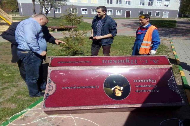 ВТуле возникла скамейка, читающая стихи Пушкина