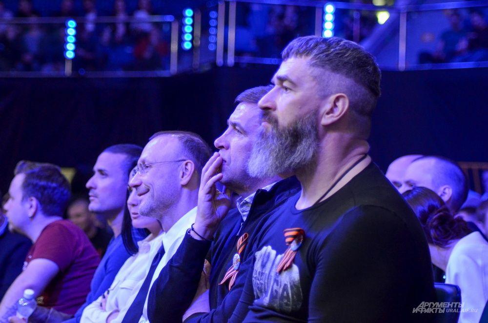 Евгению Куйвашеву компанию на вечере бокса составили телеведущий Сергей Бадюк (на переднем плане) и уральский олигарх Игорь Алтушкин (на заднем плане).