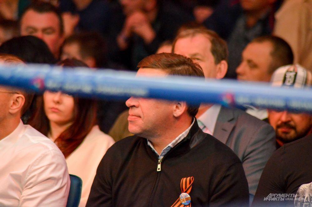 Временно исполняющий обязанности губернатора Свердловской области Евгений Куйвашев прячет глаза.