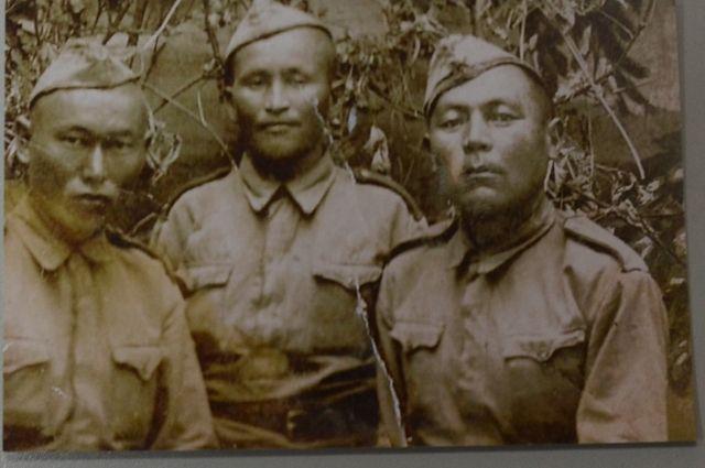 Рядовой, пехотинец Уразак Клыев (слева) с боевыми товарищами, 1943 год.