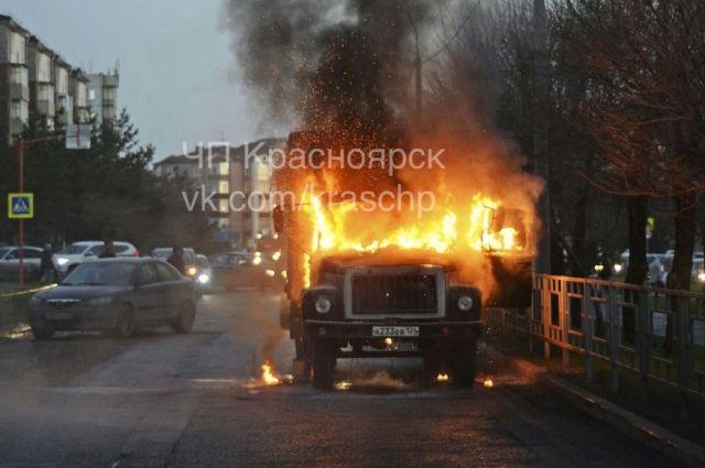 Всубботу вечером вКрасноярске сгорел грузовой автомобиль
