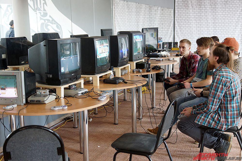 На других площадках любой желающий может сразиться в карточные или компьютерные игры.