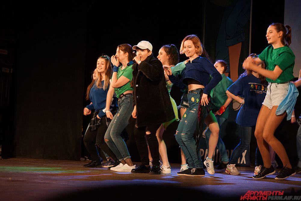 В рамках открытия перед пермяками выступили танцоры и музыканты, исполнившие кавер-версии популярных западных песен.