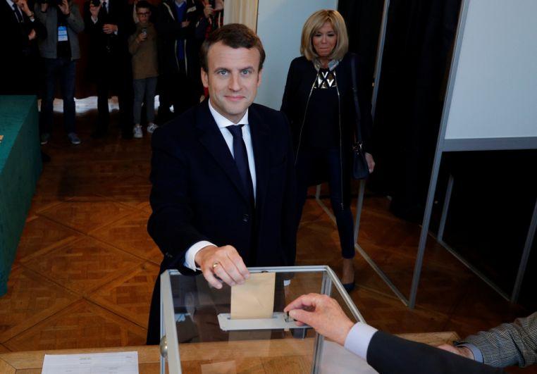 Кандидат впрезиденты Франции Эмманюэль Макрон голосует на избирательном участке, расположенном вмэрии курортного города Ле-Туке (департамент Па-де-Кале).