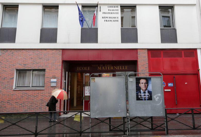 На избирательном участке в Париже.