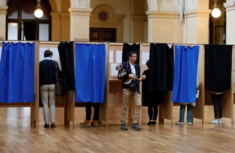 Голосование на избирательном участке в Лионе.