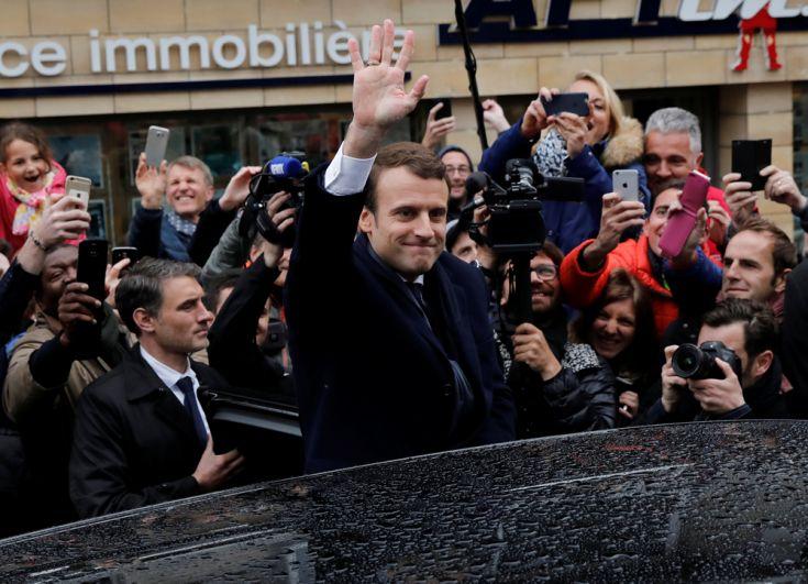 Кандидат впрезиденты Франции Эмманюэль Макрон после голосования приветствует сторонников.