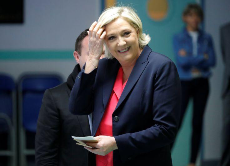 Кандидат отпартии «Народный фронт» Марин Ле Пен голосует научастке вгороде Энен-Бомон (департамент Па-де-Кале).