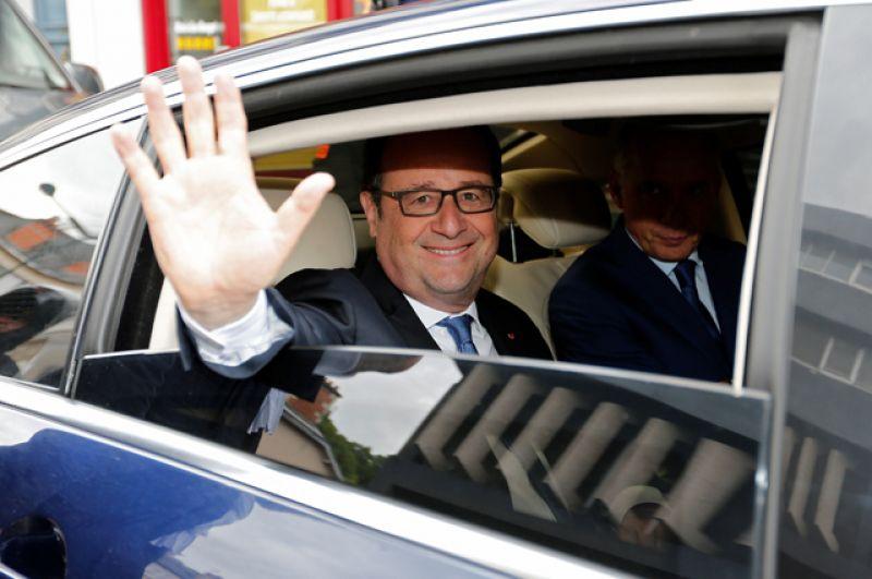 Действующий президент Франции Франсуа Олланд после голосования в городе Тюль.