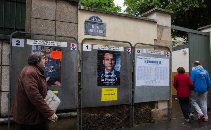 Избиратели заходят на избирательный участок в Париже во время второго тура президентских выборов во Франции.