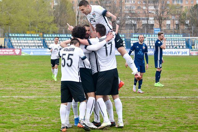 Игроки ФК «Тосно» во время матча против «Нефтехимика».