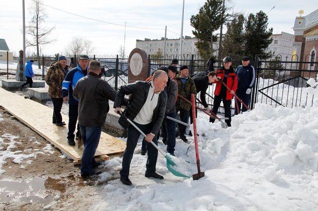 В Надыме патриоты очистили Сквер Воинской Славы.