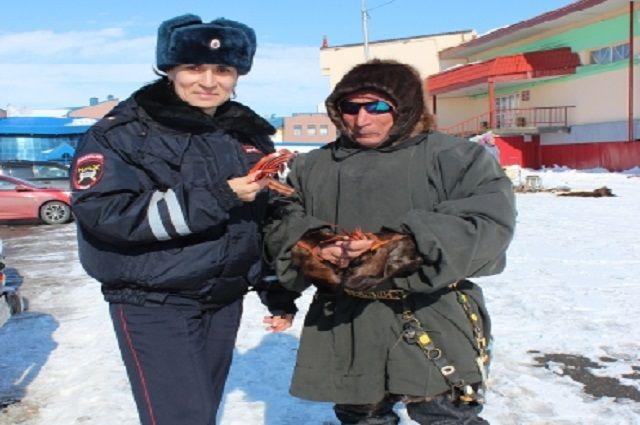 Ямальцам раздают георгиевские ленточки.