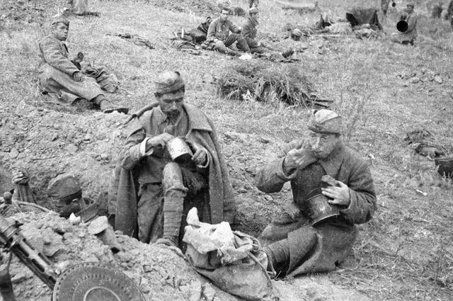 Солдаты обедают в перерыве между боями на передовой.