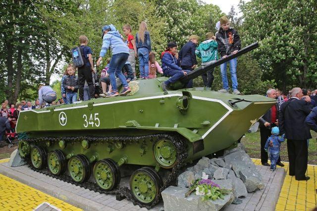 ВСимферополе открыли монумент боевой машине десанта БМД-1