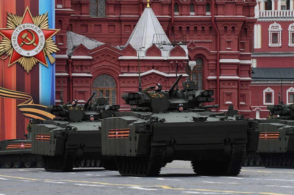 Боевая машина пехоты (БМП) на гусеничной платформе «Курганец-25» на военном параде, посвященном 72-й годовщине Победы в Великой Отечественной войне.