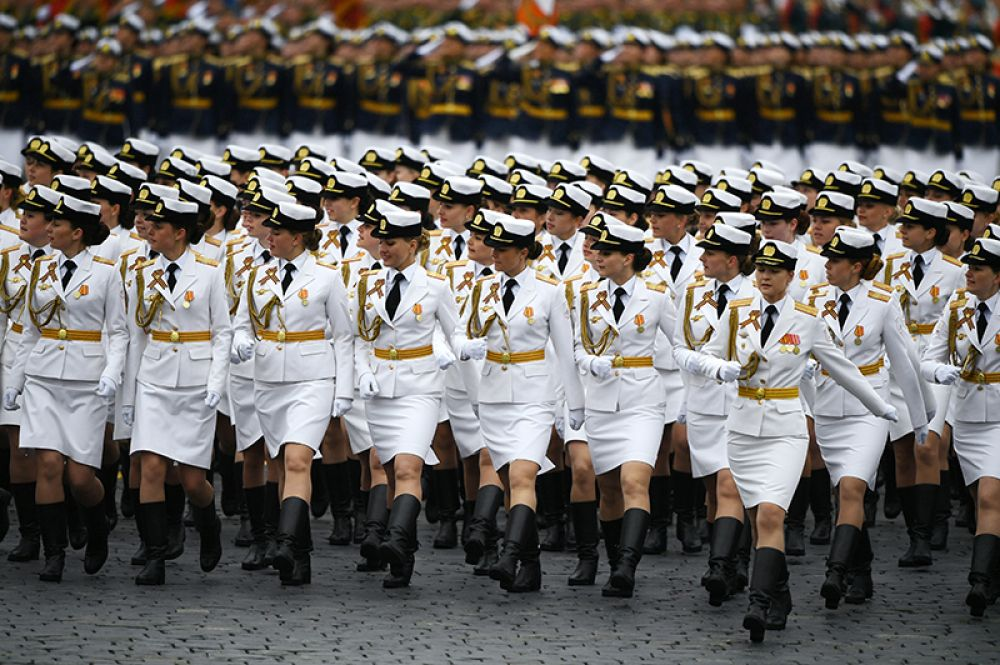 Военнослужащие во время военного парада на Красной площади, посвящённого 72-й годовщине Победы в Великой Отечественной войне.